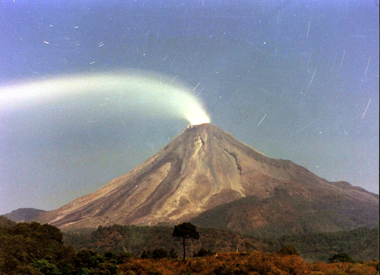 Actived volcano El colima, Nevado de Colima