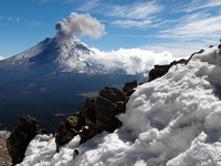 Popocatépetl view from Iztaccihuatl., Popocatepetl photo