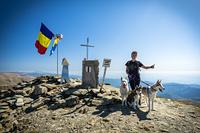 husky climbing, Parângu Mare photo