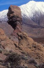 Pico de Teide (3717 m) cubierta del nieve photo