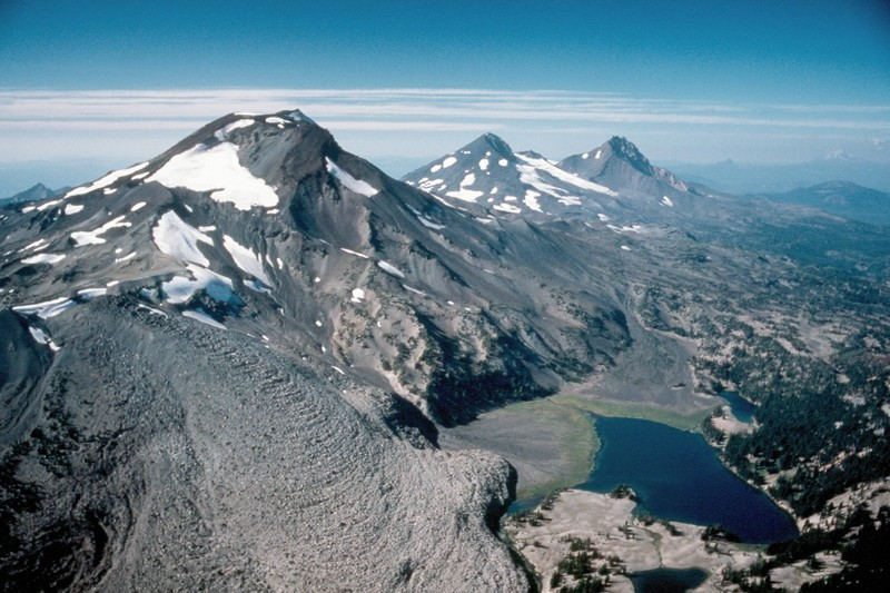 a description of mount adams as one of the largest volcanoes in the cascade range